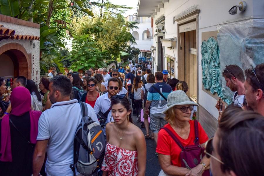Străzile aglomerate din Capri