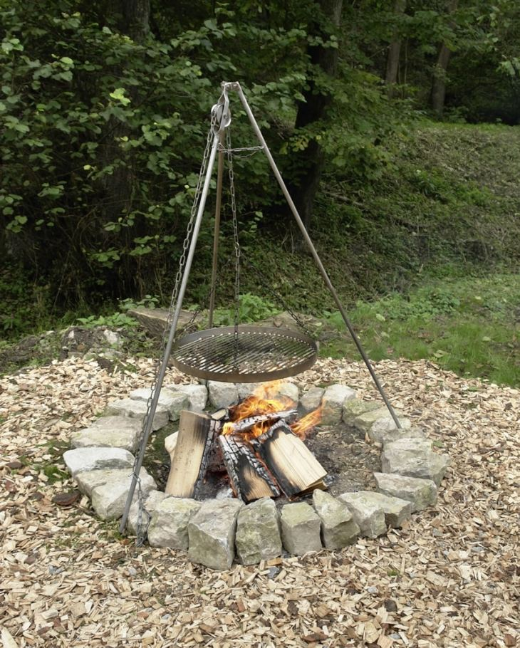Basic rock fire pit with hanging grill rack