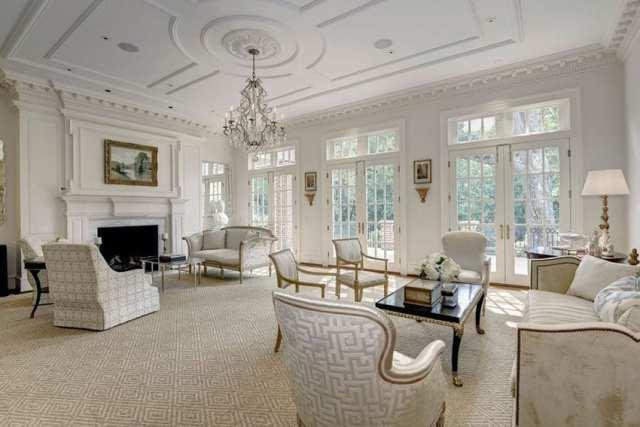 Hampton tasarım şömineli avize ve Louis xvi koltuklu lüks oturma odası