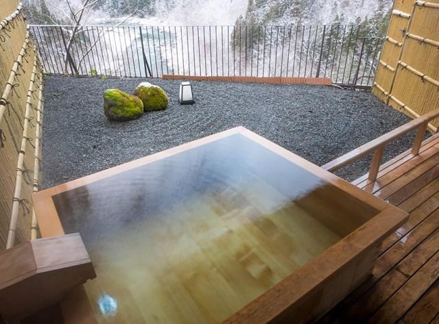 Kaya bahçesi manzaralı açık havada Japon küveti