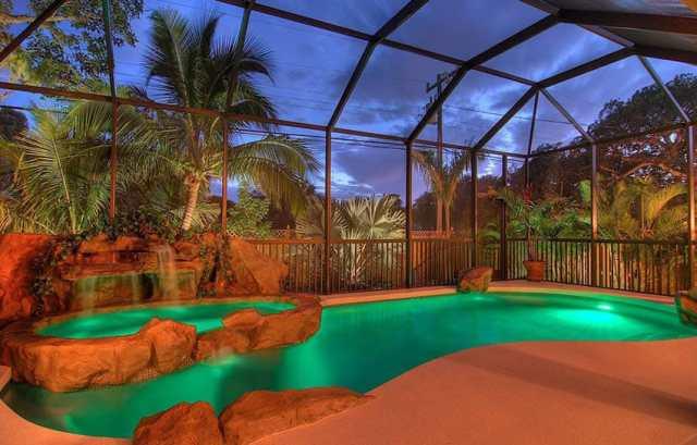 Lagün tasarımlı kapalı yüzme havuzu ve şelaleli daha küçük havuz