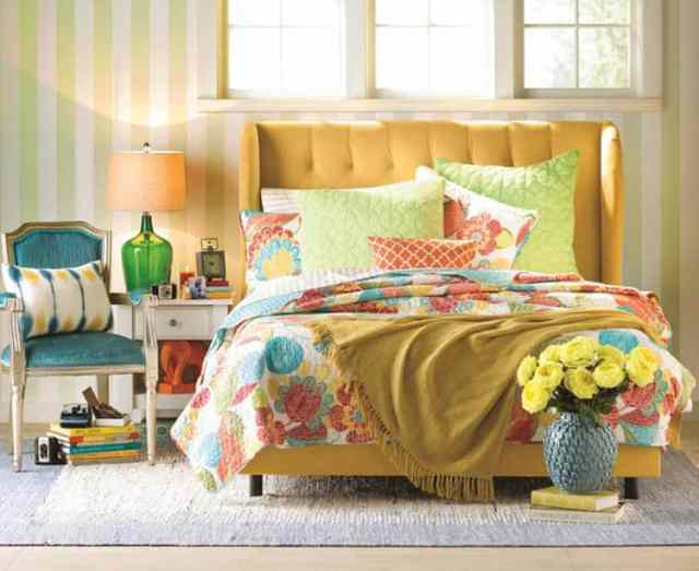 Tersinir çiçekli yorgan yorgan ile genç kız yatak odası