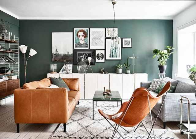 Yeşil renkli boya ve kahverengi deri koltuklu oturma odası