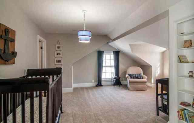 Oturma alanlı tavan arası bebek odası