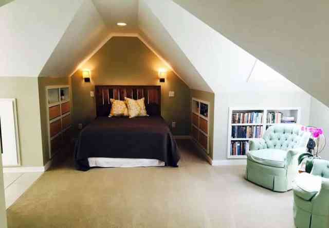 Duvar nişinde yatak bulunan tavan arası yatak odası
