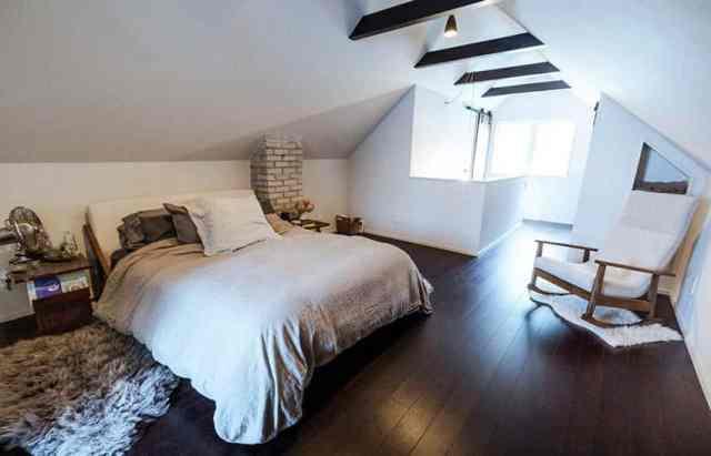 Çıplak tuğla ahşap kirişler ve duvar nişleri ile tavan arası ana yatak odası