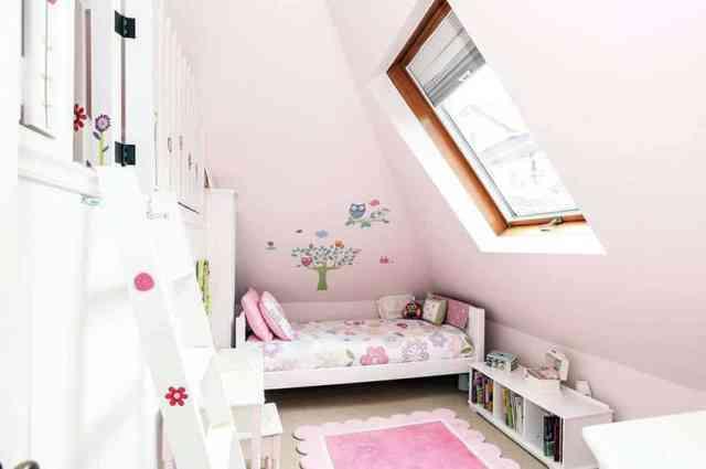 Duvar resmi ile kızlar çatı katı yatak odası