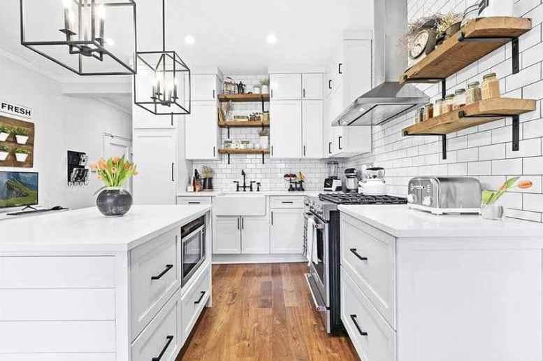 Mooie keuken met open rekken witte kasten witte kwarts werkbladen