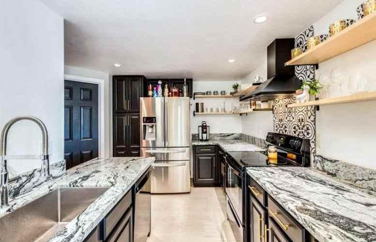 Zwarte keuken met open houten planken