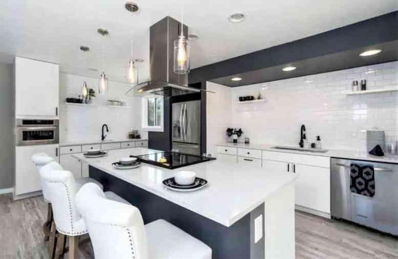 Zwart witte keuken met open rekken witte tegel backsplash