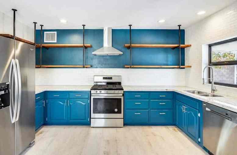 Blauwe keuken met open planken u-vormige ontwerp-indeling