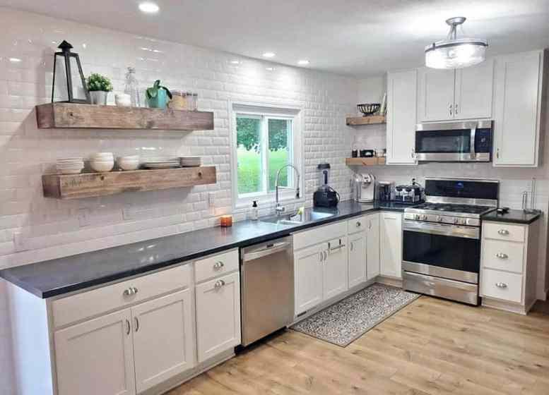 L-vormige keuken met grote houten open planken