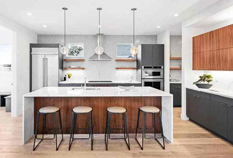 Moderne keuken met grijze en bruine kasten en houten zwevende planken met onderverlichting