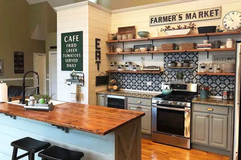 Rustieke keuken met open houten planken shiplap muren houten teller eiland