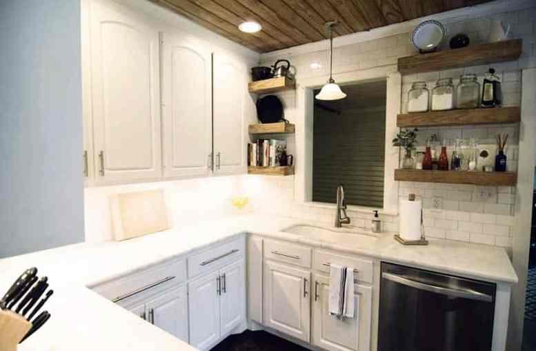 Kleine keuken met open rekken decor