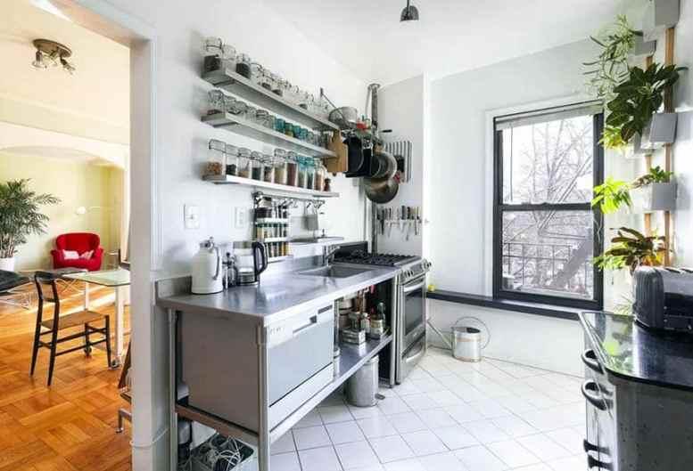 Kleine keuken met open rekken glazen potten roestvrijstalen werkbladen