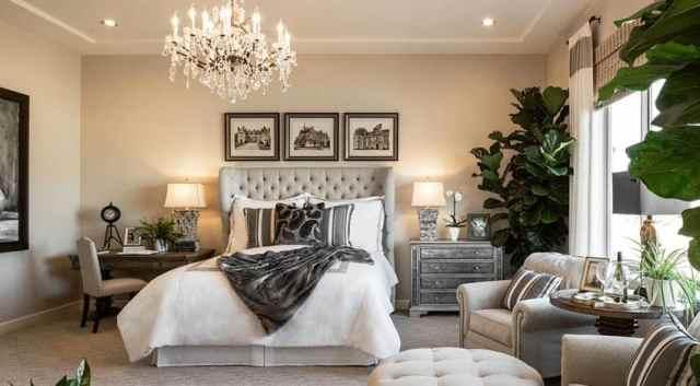 Oturma alanı ve avize ile çağdaş yatak odası tasarımı