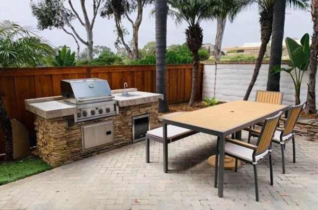 Beton tezgahlı ve yığma taşlı açık mutfak