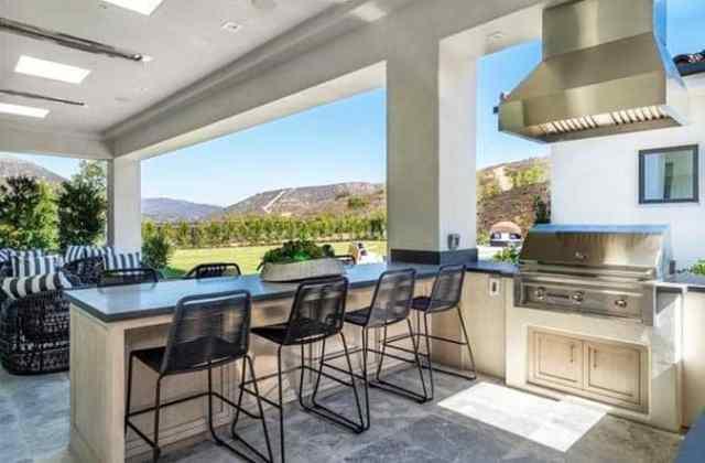 Beton tezgah ve oturma grubu ile açık mutfak