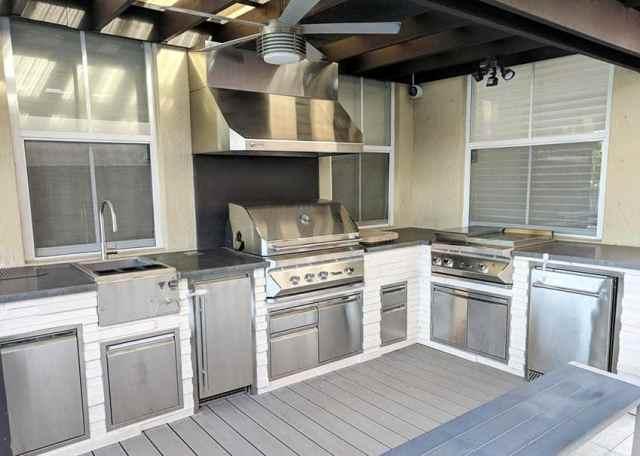 Dış mekan mutfak beton tezgahı ve paslanmaz çelik aletleri ile veranda