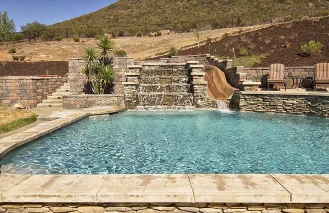 Yığılmış taş su içeren yüzme havuzu, istinat duvarı ve teras özelliğine sahiptir.