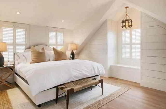 Yatakta tersane çekmeceleri altında halı bulunan tavan arası yatak odası