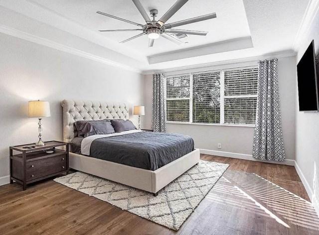Alan kilim tavan vantilatörü ile çağdaş yatak odası
