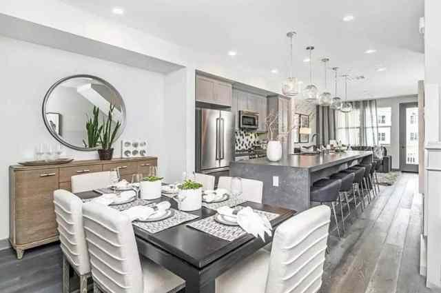 Masa ayarlarına ve dekor süslerine sahip aşamalı yemek odası