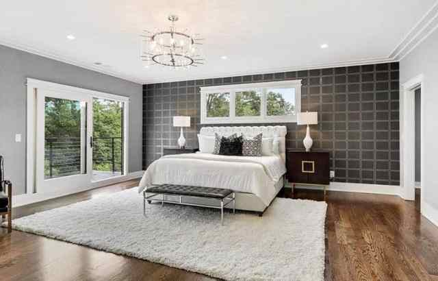 Duvar kağıdı vurgulu duvar ve alan kilim ile modern ana yatak odası