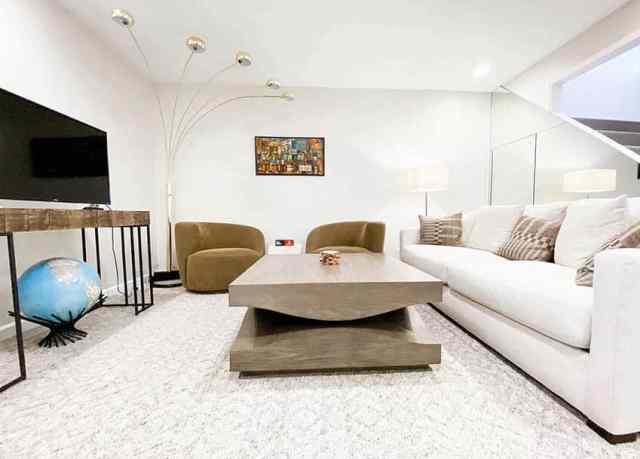 Halı ile hafif modern bodrum oturma odası