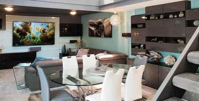 Deniz mavisi duvarlı modern bodrum oturma odası parlak dolap saklama