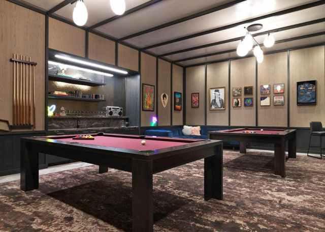 İki bilardo masası bulunan modern oyun odası