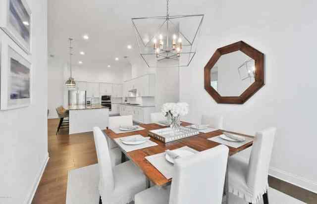 Ahşap masa ve avizeli yemek odası