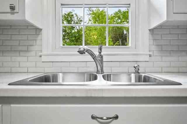 Epoksi reçine mutfak tezgahı beyaz metro karosu ve beyaz dolaplar