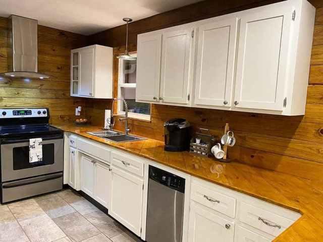Parke epoksi mutfak tezgahı beyaz dolaplar ile bitmiş