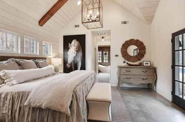 Kirişli tersaneli duvarlar beton döşeme ile üçgen tavanlı modern çiftlik evi yatak odası