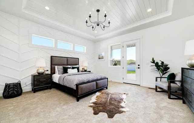 Tersane tavan panelli duvarlar ve avize ile modern çiftlik evi ana yatak odası