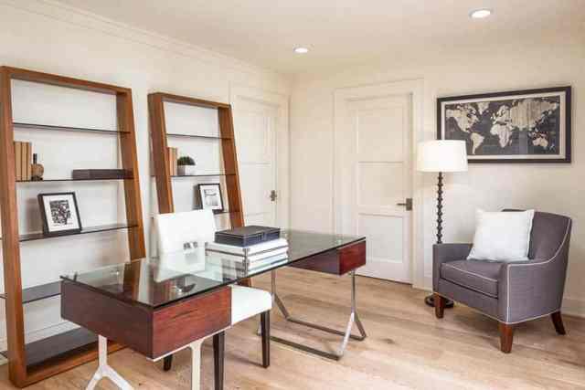 Düzenli masa duvar raflı geçiş ev ofisi