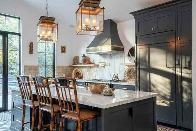 Şefler lüks ev aletleri ile mutfak koyu gri dolaplar mermer tezgahlar