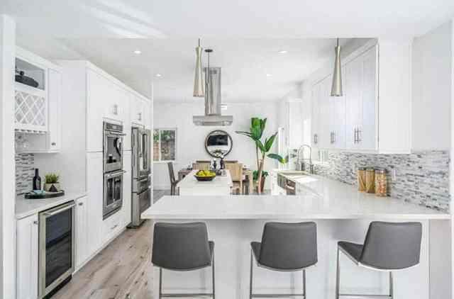 Modern cihazlarla şef mutfağı, kuvars tezgah üstü ada ve oturma yeri olan yarımada