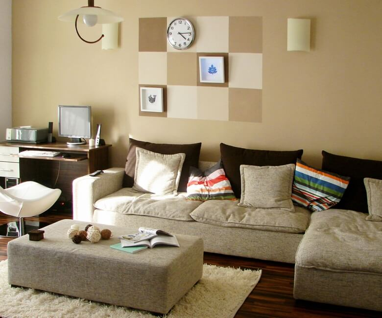 Modern-furniture-with-accent-wall-in-warm-colors-01