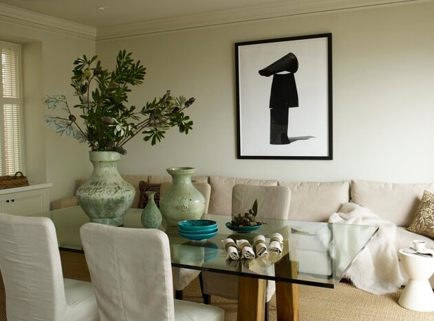 Dining-room-with-blac-and-white-abstract-art