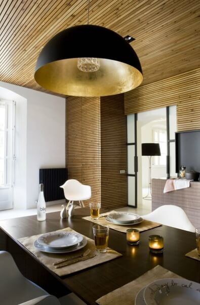 Dining-table-with-modern-lamp