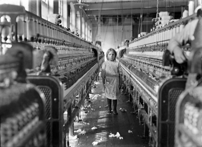 Design Luminy Lewis-Hine-A-little-spinner-in-the-Mollahan-Mills-Newberry-S.C.-1908 WilliamMorris - La vie ou la mort de l'art Histoire du design Références Textes  William Morris