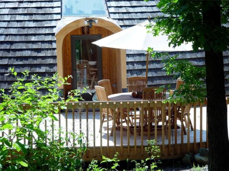 Maison en bois moderne en forme de soucoupe volante