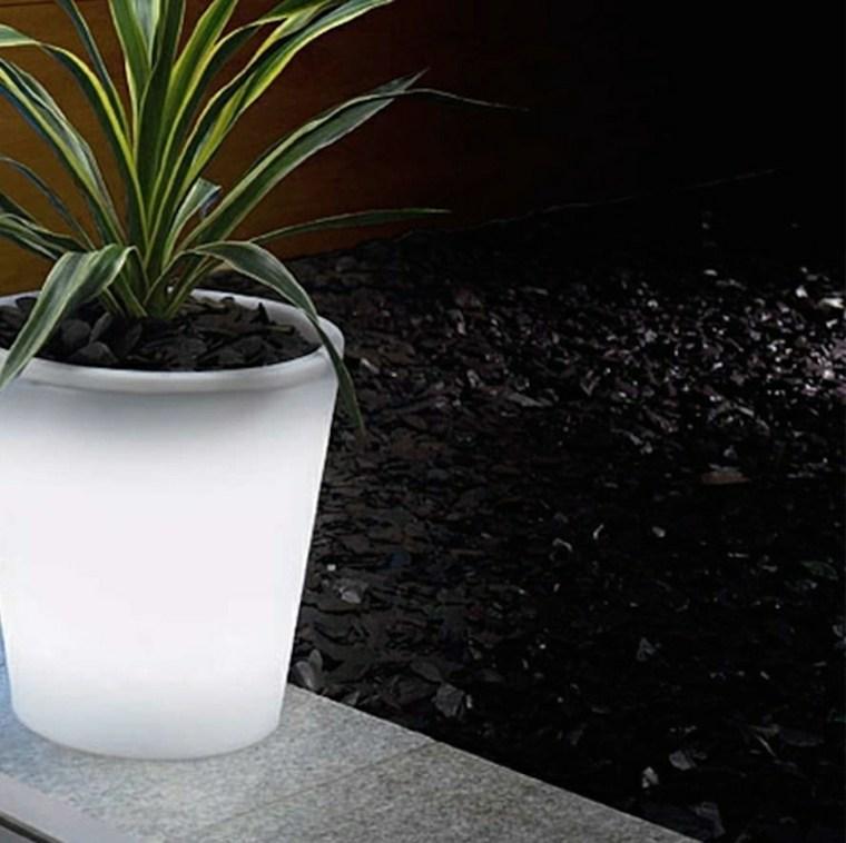 Luminaires solaires pour un jardin joliment clair