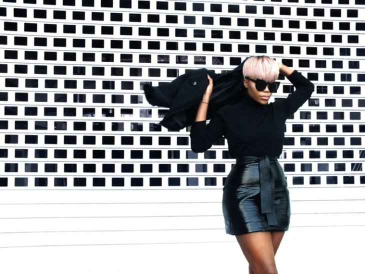 femme look tendance veste en cuir jupe en cuir blouson noir lunettes soleil