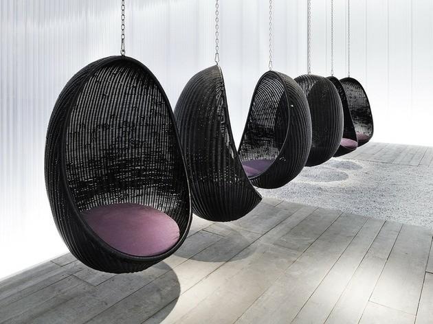 chaise suspendue en forme doeuf par Pierantonio Bonacina