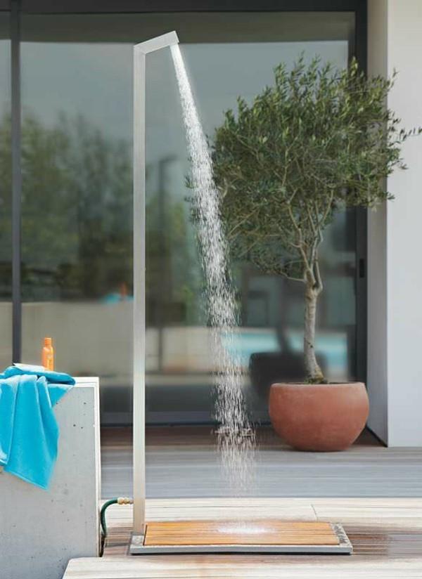 Une douche dextrieur design prs de la piscine ou dans le jardin
