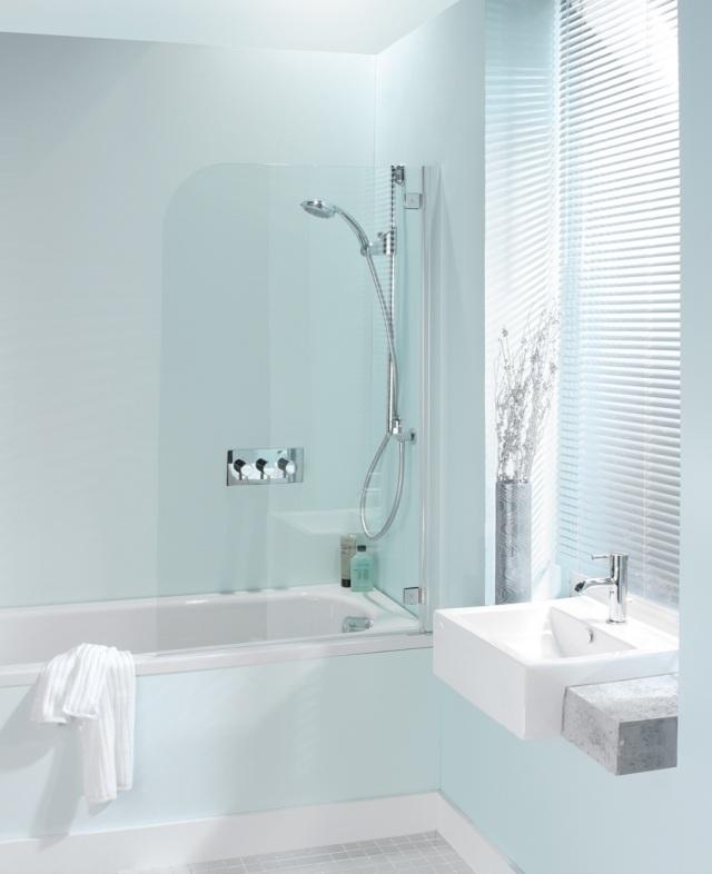 peinture-salle-bains-petite-bleu-pâle-baignoire-lavabo-blancs peinture salle de bains